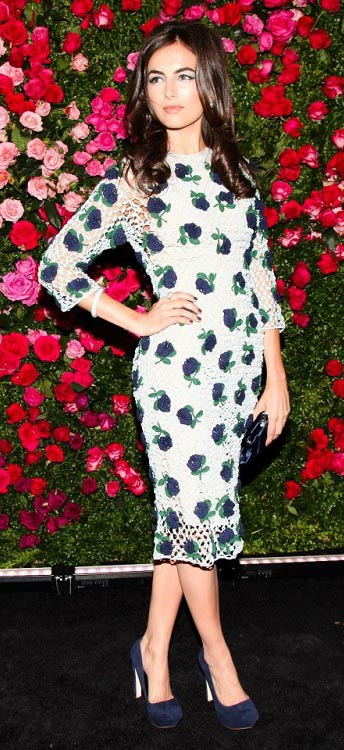 white-dress-bodycon-floral-blue-shoe-pumps-camillabelle-brun-spring-summer-dinner.jpg