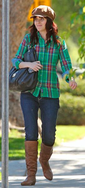 blue-navy-skinny-jeans-green-emerald-plaid-shirt-hat-cognac-shoe-boots-zooeydeschanel-brun-fall-winter-weekend.jpg