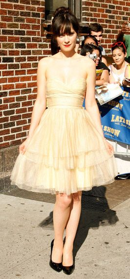 retro-style-type-fashion-chiffon-fullskirt-white-dress-strapless-pumps-updo-hair-bangs-zooeydeschanel-brun-spring-summer-elegant.jpg