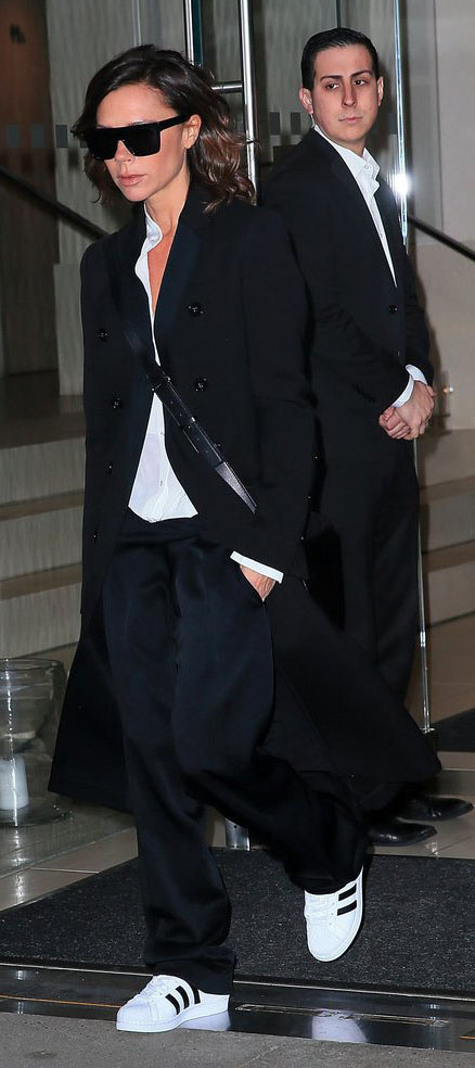 black-joggers-pants-black-jacket-coat-white-shoe-sneakers-victoriabeckham-brun-fall-winter-weekend.jpg