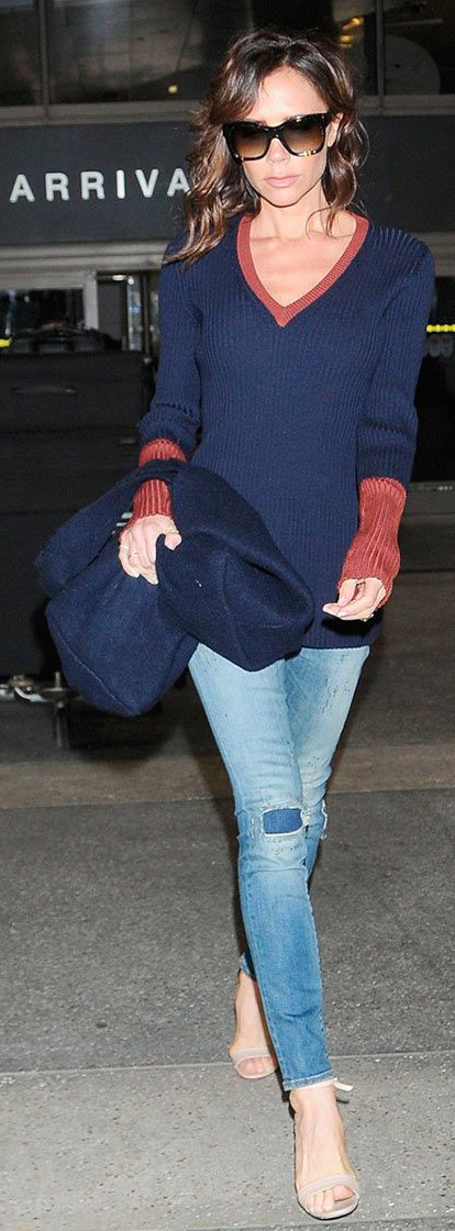 blue-light-skinny-jeans-blue-navy-sweater-vneck-tan-shoe-sandalh-sun-victoriabeckham-brun-fall-winter-lunch.jpg