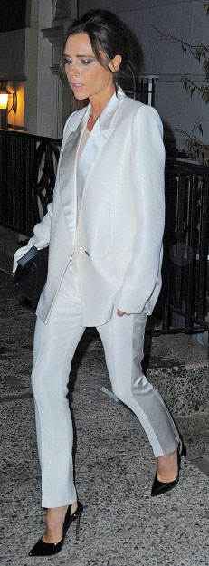 white-slim-pants-white-jacket-blazer-suit-black-shoe-pumps-victoriabeckham-brun-spring-summer-dinner.jpg
