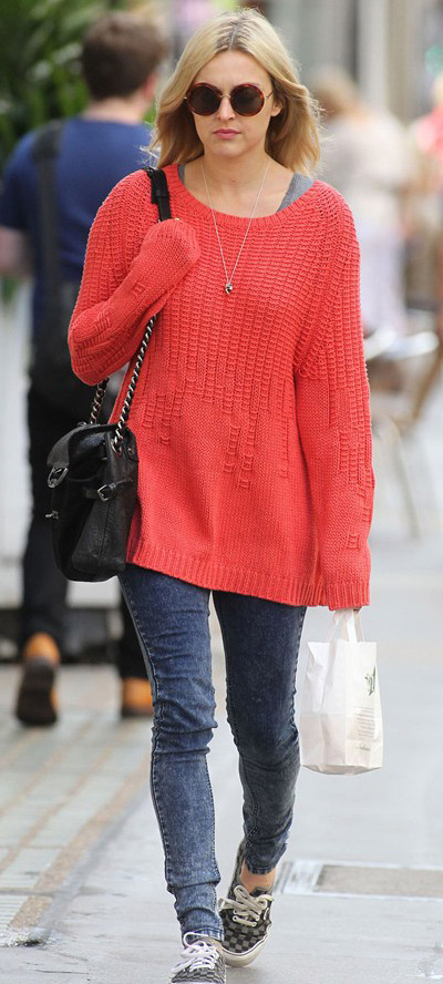 blue-navy-skinny-jeans-orange-sweater-fearnecotton-coral-wear-outfit-fashion-fall-winter-gray-shoe-sneakers-sun-black-bag-blonde-weekend.jpg