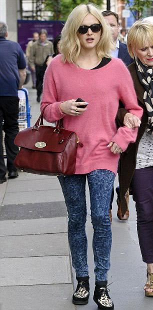 blue-navy-skinny-jeans-r-pink-magenta-sweater-fearnecotton-wear-outfit-fashion-fall-winter-tan-shoe-sneakers-leopard-tunic-burgundy-bag-sun-blonde-weekend.jpg