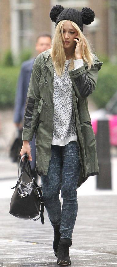 blue-navy-skinny-jeans-white-sweater-green-olive-jacket-coat-parka-fearnecotton-wear-outfit-fashion-fall-winter-black-shoe-booties-black-bag-beanie-leopard-blonde-weekend.jpg