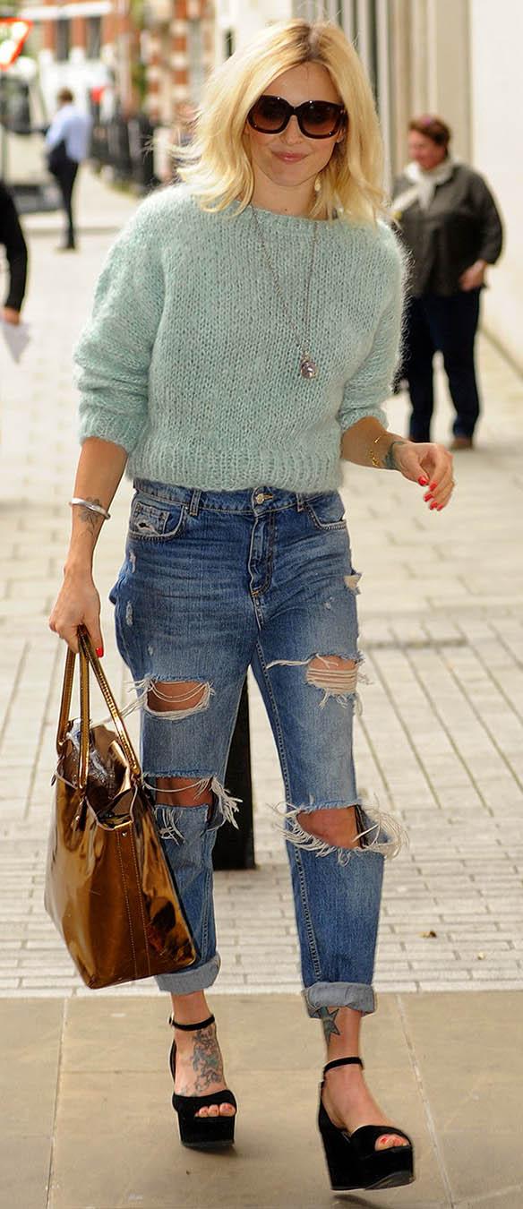 blue-med-boyfriend-jeans-blue-light-sweater-black-shoe-sandalw-brown-bag-tote-sun-blonde-necklace-street-style-wear-outfit-spring-summer-wedges-destroyed-fearnecotton-lunch.jpg