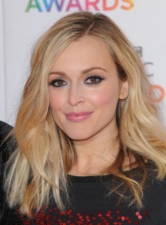 hair-makeup-fearnecotton-blonde-lob-wavy-eyeliner-pink-lips-sidepart.jpg