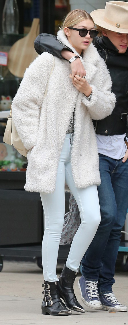 blue-light-skinny-jeans-white-jacket-coat-howtowear-fashion-style-outfit-fall-winter-fuzz-black-shoe-booties-sun-white-bag-gigihadid-celebrity-model-street-blonde-weekend.JPG