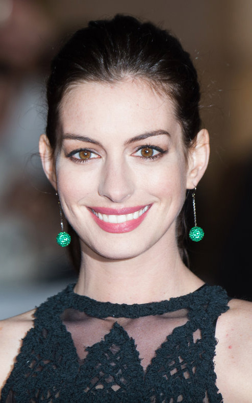 what-to-wear-oval-face-shape-style-haircut-sunglasses-hat-earrings-jewelry-annehathaway-green-black-updo.jpg