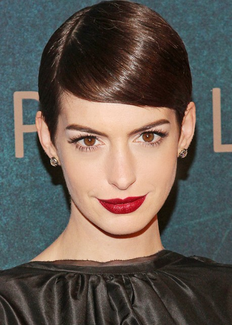 what-to-wear-oval-face-shape-style-haircut-sunglasses-hat-earrings-jewelry-annehathaway-redlips.jpg
