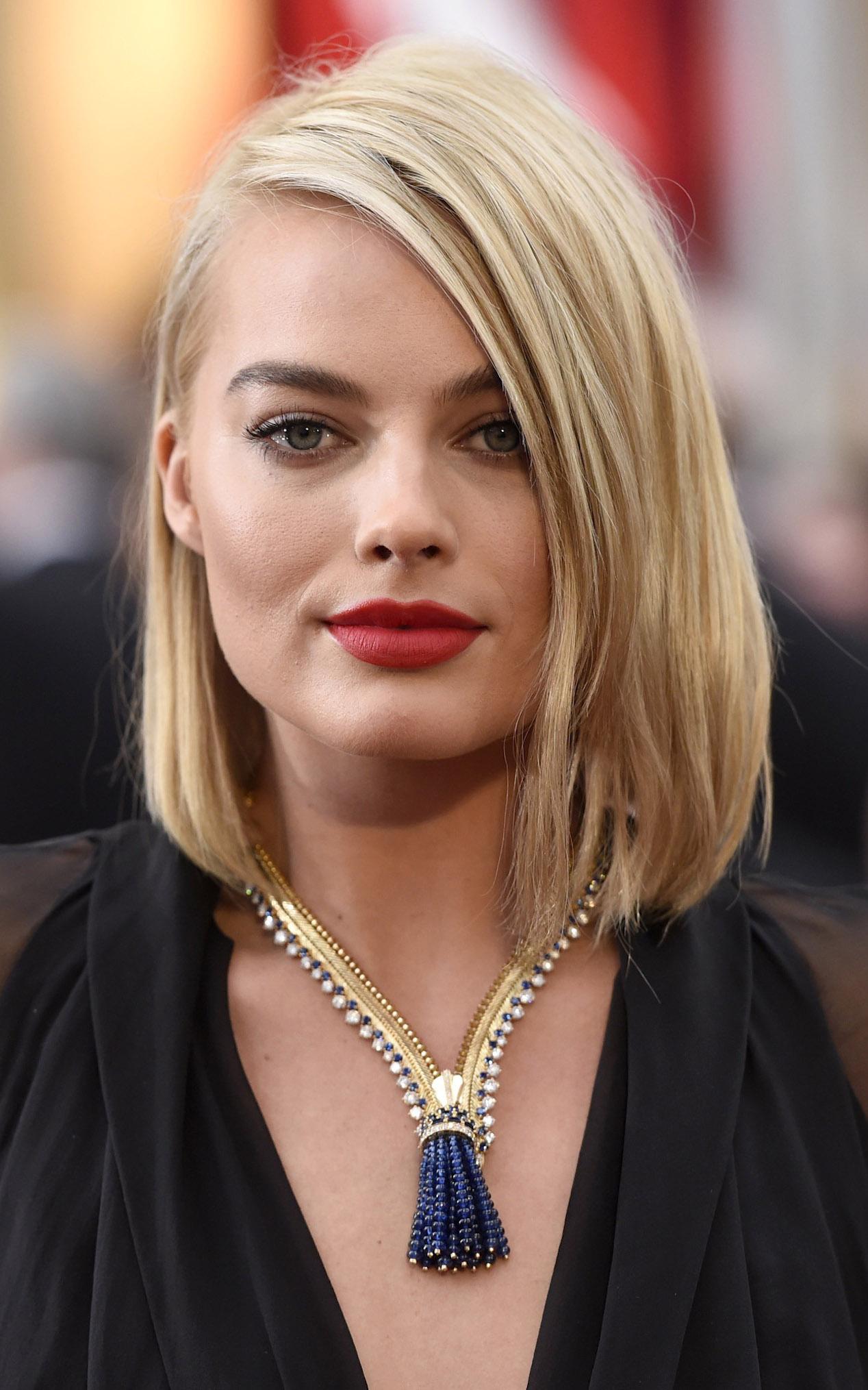 what-to-wear-square-face-shape-style-haircut-sunglasses-hat-earrings-jewelry-margotrobbie-oscars-lob-blonde.jpg