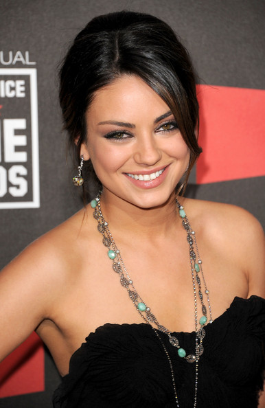 what-to-wear-round-face-shape-style-haircut-sunglasses-hat-earrings-jewelry-milakunis-updo-necklace.jpg