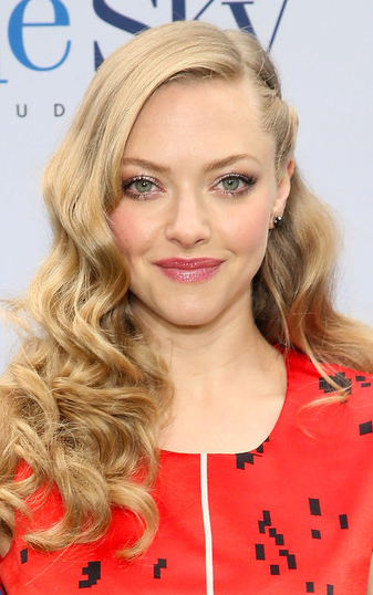 what-to-wear-heart-face-shape-style-haircut-sunglasses-hat-earrings-jewelry-amandaseyfried-blonde-wavy-sidepart-red.jpg