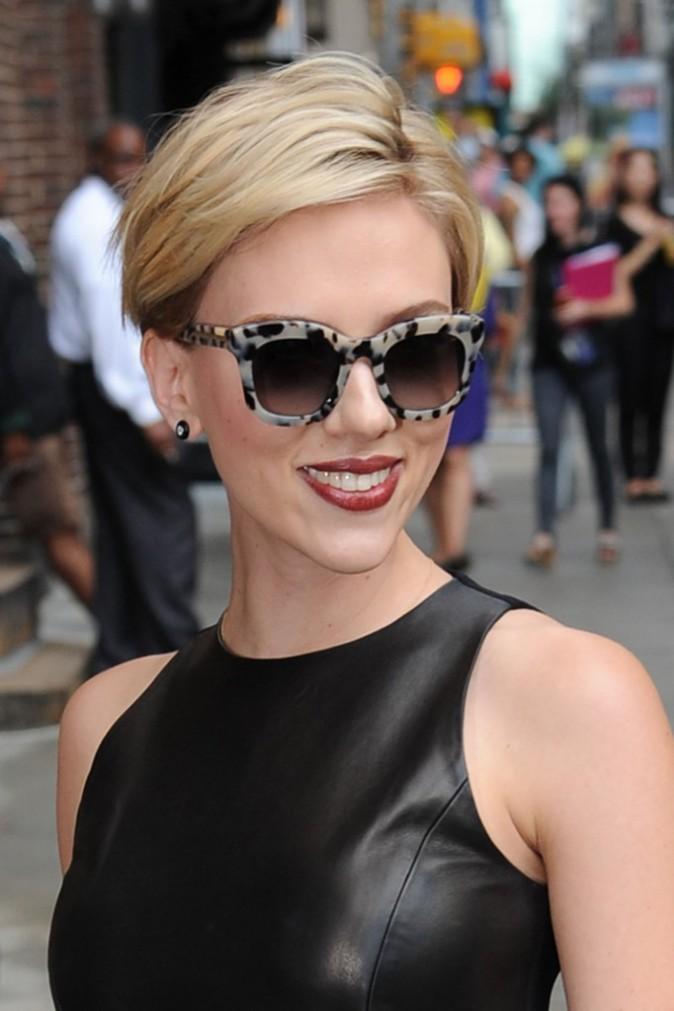 what-to-wear-heart-face-shape-style-haircut-sunglasses-hat-earrings-jewelry-scarlettjohansson-shortcrop-redlips-tortoiseshell.jpg