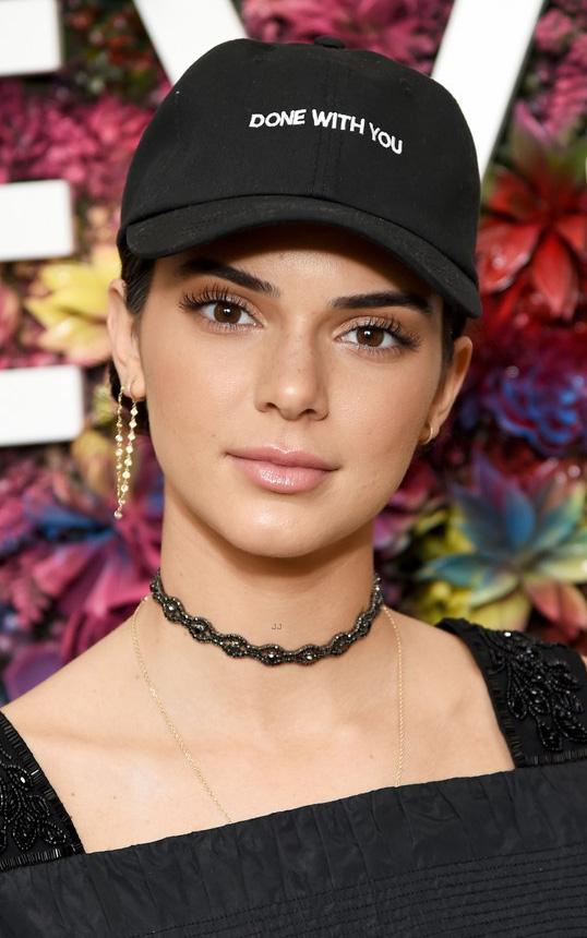 what-to-wear-heart-face-shape-style-haircut-sunglasses-hat-earrings-jewelry-kendalljenner-coachella-baseballcap-hat-choker.jpg