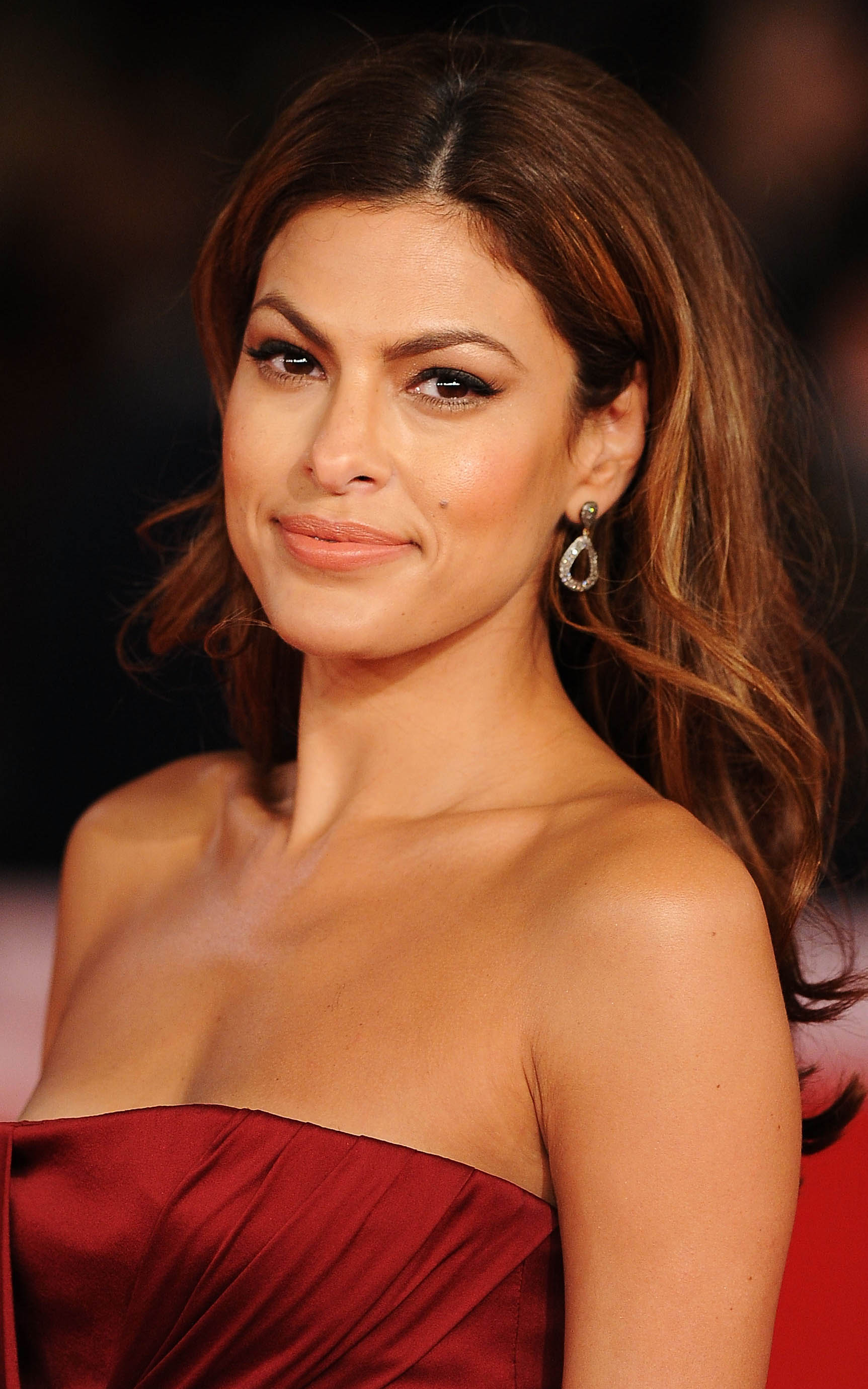 what-to-wear-oblong-face-shape-style-haircut-sunglasses-hat-earrings-jewelry-evamendes-strapless-dress.jpeg