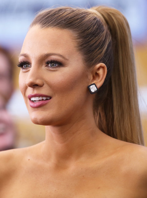 what-to-wear-oblong-face-shape-style-haircut-sunglasses-hat-earrings-jewelry-blakelively-ponytail-studs-sleek.jpg