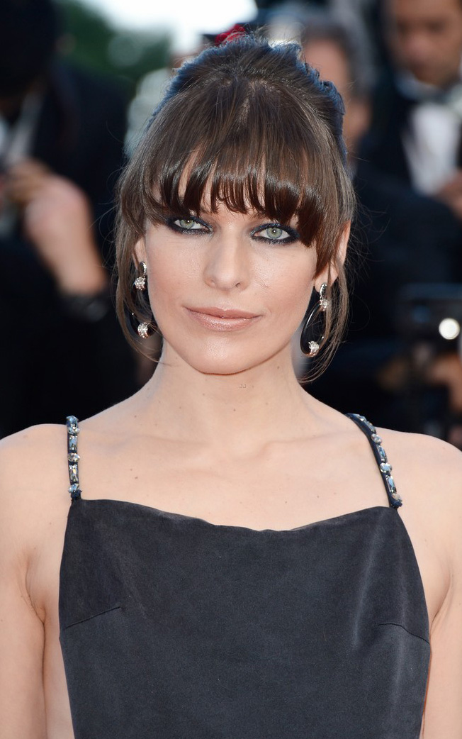 what-to-wear-oblong-face-shape-style-haircut-sunglasses-hat-earrings-jewelry-millajovovich-bangs-updo-eyeliner.jpg