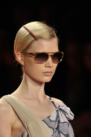 one-side-how-to-style-hair-accessories-clip-barrettes-philliplimbeautyspringfashion2010014_runway.jpg