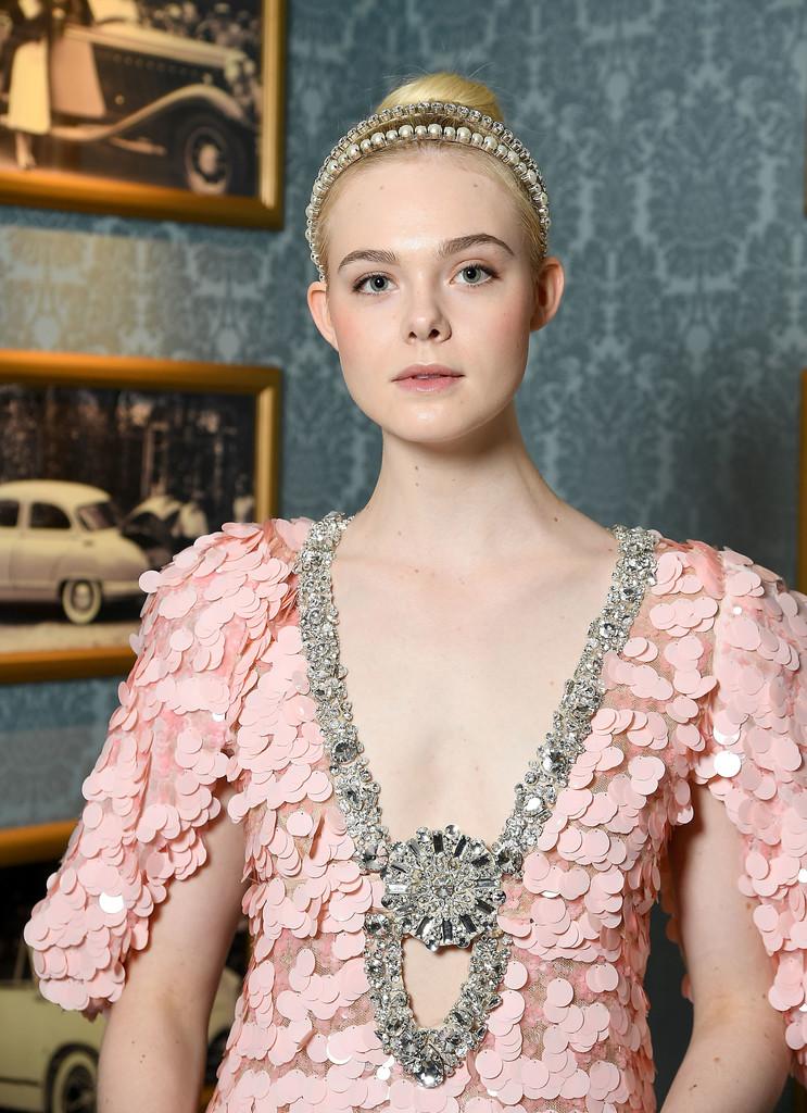 skinny-how-to-style-hair-accessories-headbands-hairstyles-ways-to-wear-thin-ellefanning-updo-blonde-bun.jpg