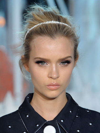 skinny-how-to-style-hair-accessories-headbands-hairstyles-ways-to-wear-thin-white-updo-blonde.jpg