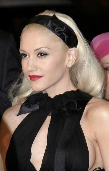 medium-how-to-style-hair-accessories-headbands-hairstyles-ways-to-wear-blonde-gwenstefani-black-satin-elegant-redcarpet.jpg