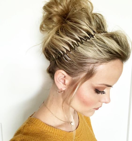 comb-how-to-style-hair-accessories-headbands-hairstyles-ways-to-wear-comb-messy-bun-90s-modern-trend.jpg