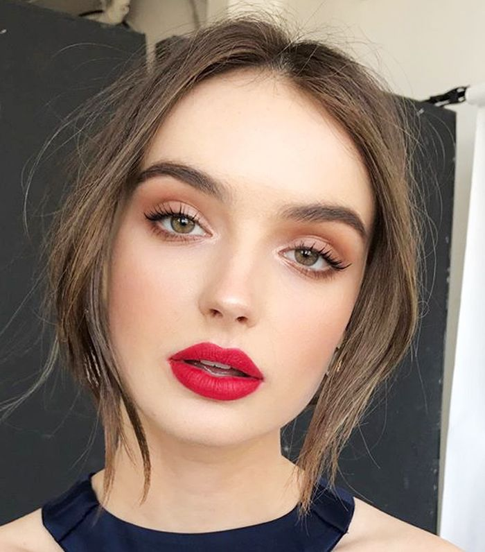 makeup-style-what-to-wear-christmas-day-dinner-holiday-outfits-winter-brown-eyeshadow-red-lips.jpg