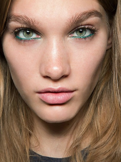 makeup-style-what-to-wear-christmas-day-dinner-holiday-outfits-winter-green-eyeliner.jpg