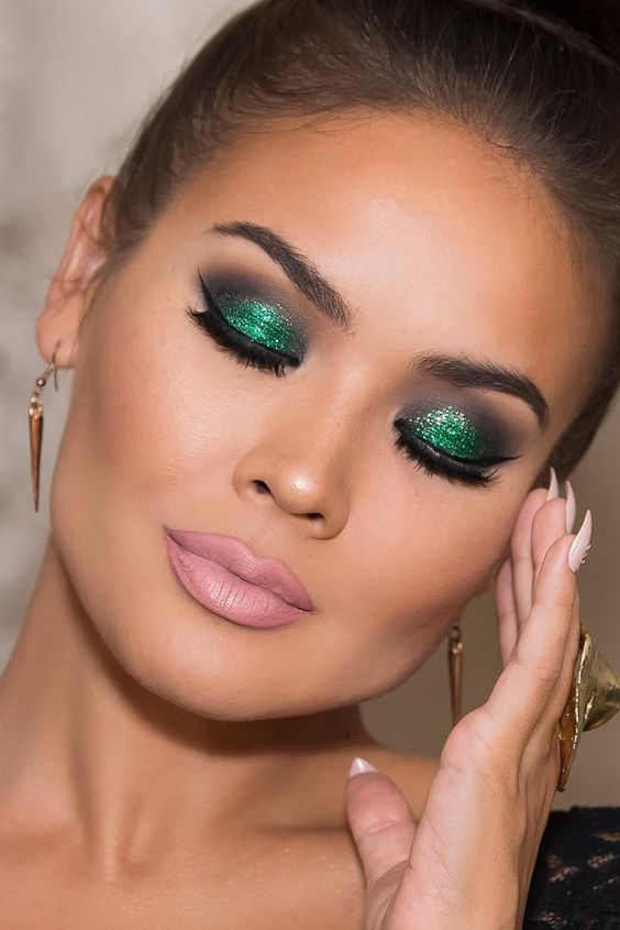 makeup-style-what-to-wear-christmas-day-dinner-holiday-outfits-winter-green-glitter-eyeshadow-pink-lips.jpg