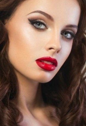 makeup-style-what-to-wear-christmas-day-dinner-holiday-outfits-winter-red-lips-eyeshadow-eyeliner.jpg