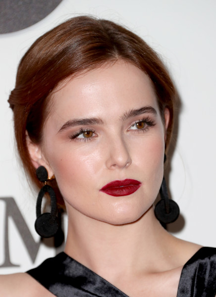 makeup-style-what-to-wear-christmas-day-dinner-holiday-outfits-winter-zoeydeutch-black-earrings-red-lips.jpg