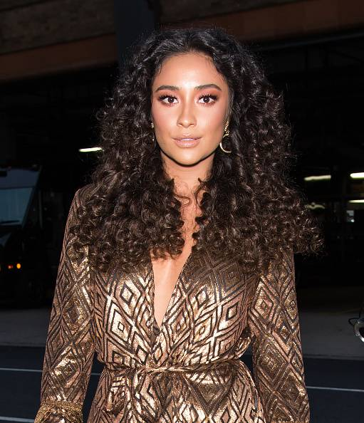 hair-styles-what-to-wear-christmas-day-dinner-holiday-outfits-winter-big-curls.jpg