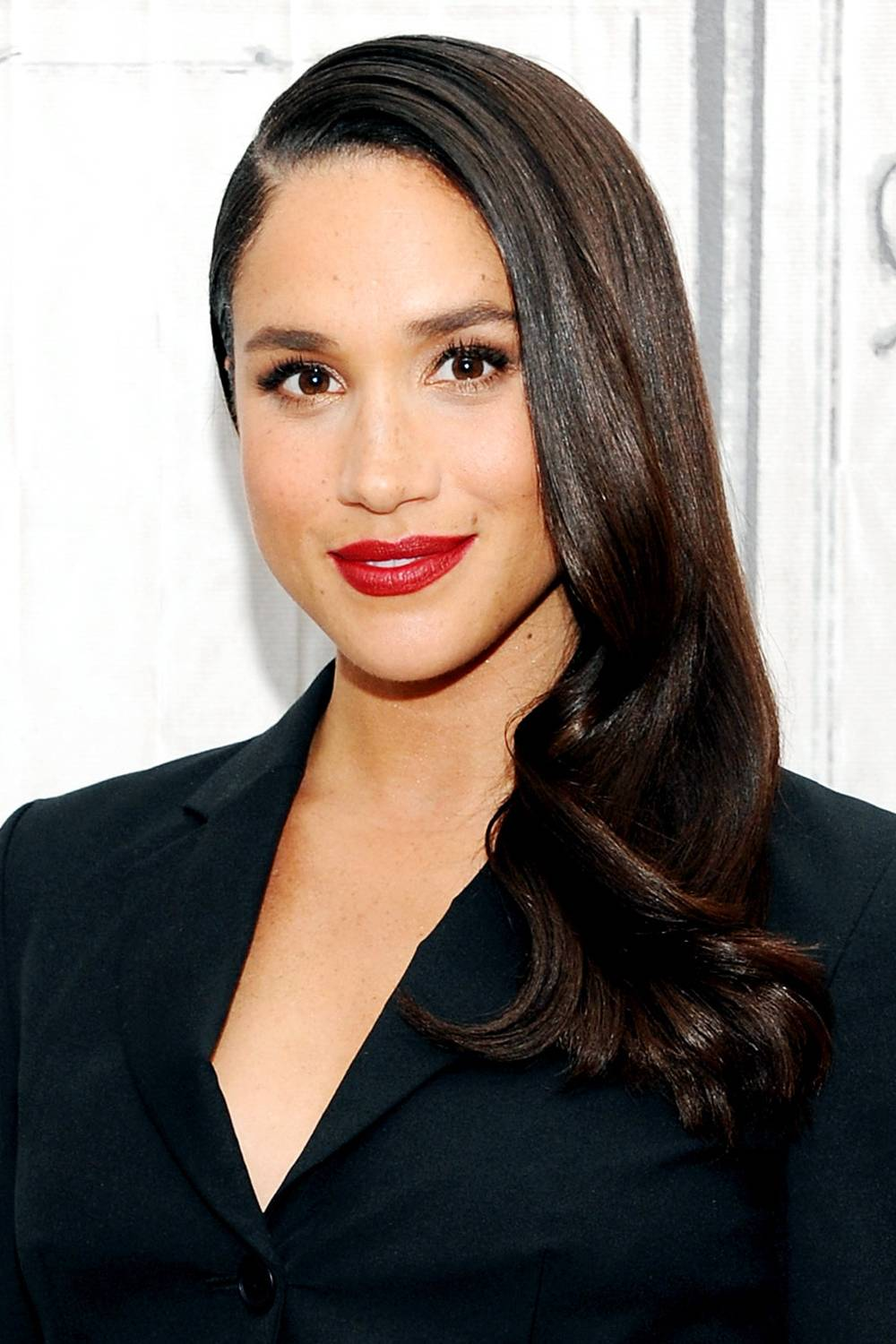 hair-styles-what-to-wear-christmas-day-dinner-holiday-outfits-winter-meghanmarkle-side-part-sleek-red-lips.jpg