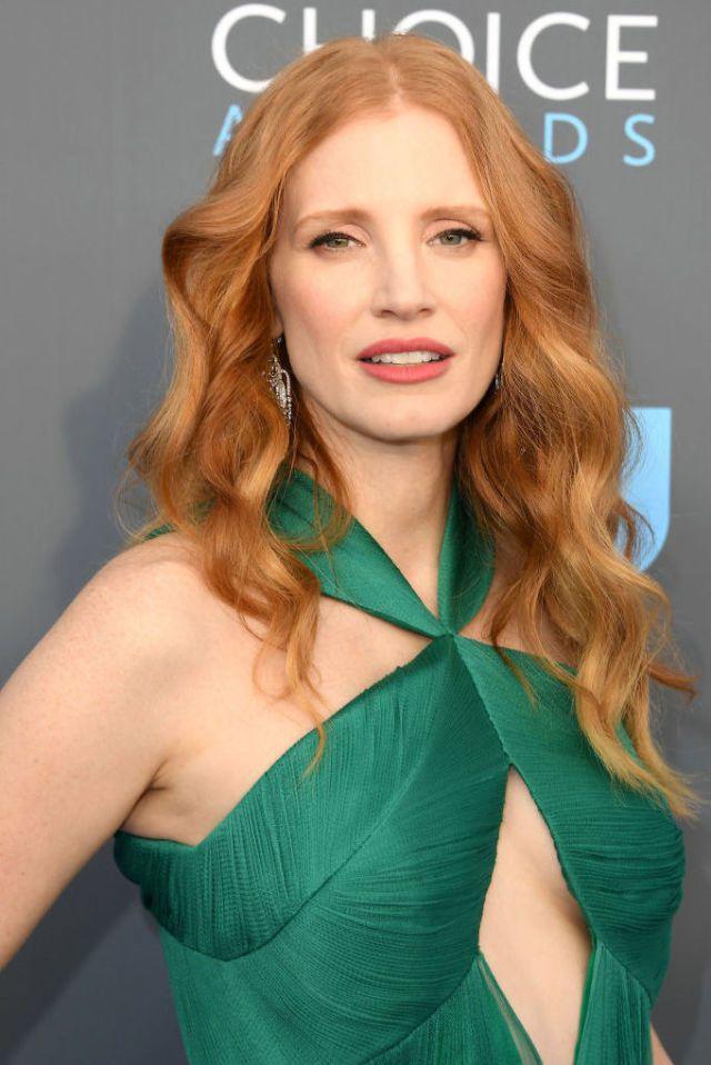 wear-hair-down-wedding-guest-hair-style-beauty-jessicachastain-green-dress-red-wavy.jpg