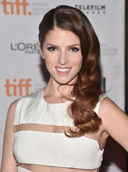 wear-hair-down-wedding-guest-hair-style-beauty-side-part-wavy-annakendrick-long.jpg