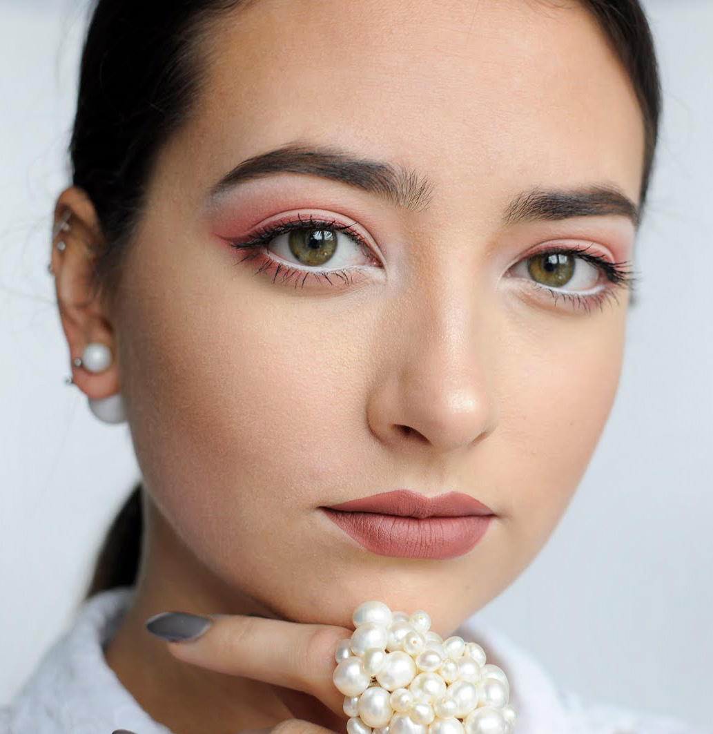 soft-natural-how-to-do-your-makeup-for-wedding-guest-beauty-rose-pink-eyeliner-white-monochromatic.jpg