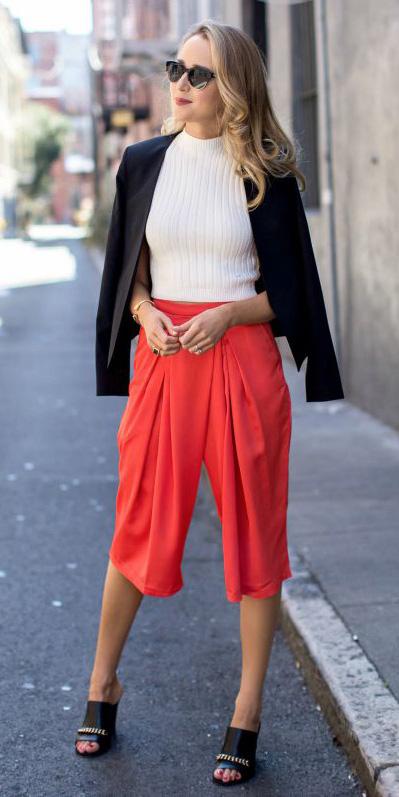 red-culottes-pants-white-sweater-black-jacket-blazer-sun-black-shoe-sandalh-spring-summer-blonde-lunch.jpg