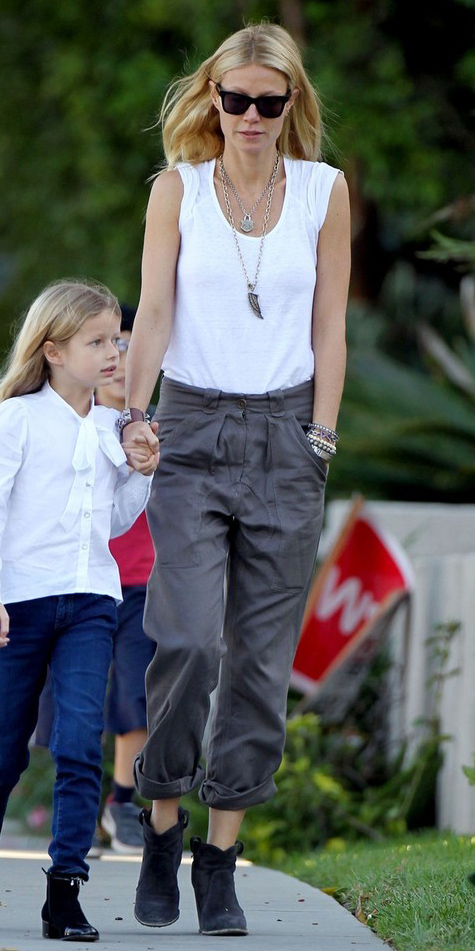 grayd-chino-pants-white-tee-black-shoe-booties-necklace-pend-sun-spring-summer-style-fashion-wear-gwynethpaltrow-celebrity-blonde-weekend.jpg