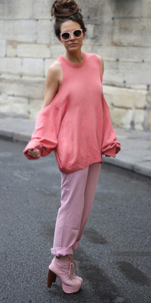 pink-light-boyfriend-jeans-pink-shoe-booties-hairr-bun-sun-peach-sweater-sweatshirt-spring-summer-lunch.jpg