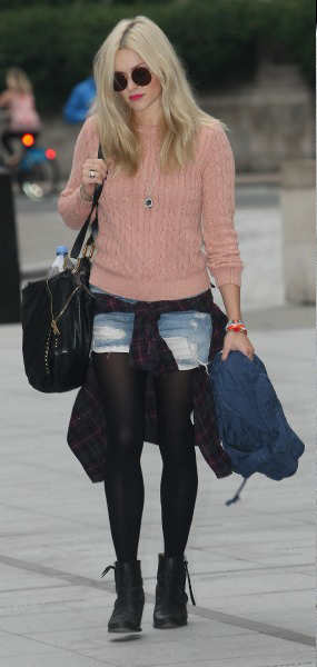 blue-light-shorts-o-peach-sweater-howtowear-fashion-style-outfit-fall-winter-fearne-cotton-sep23-denim-blonde-lunch.jpg