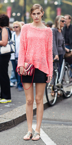black-mini-skirt-peach-sweater-hairr-bun-red-bag-spring-summer-weekend.jpg