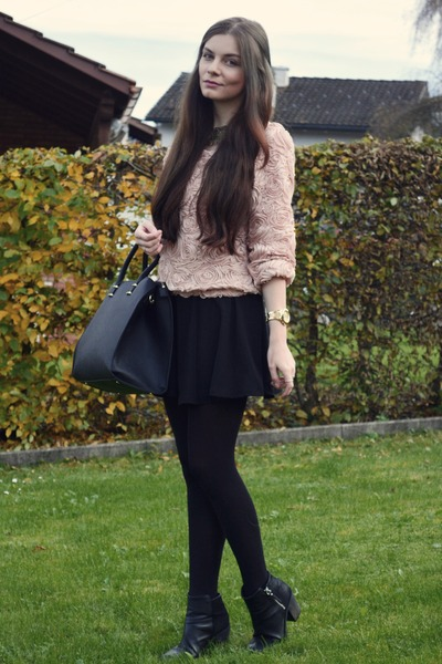 black-mini-skirt-black-tights-black-bag-black-shoe-booties-peach-sweater-howtowear-fashion-style-outfit-fall-winter-brun-lunch.jpg