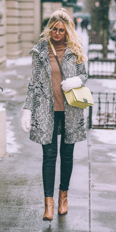 black-skinny-jeans-camel-sweater-turtleneck-cognac-shoe-booteis-yellow-bag-gloves-blonde-fall-winter-weekend.jpg