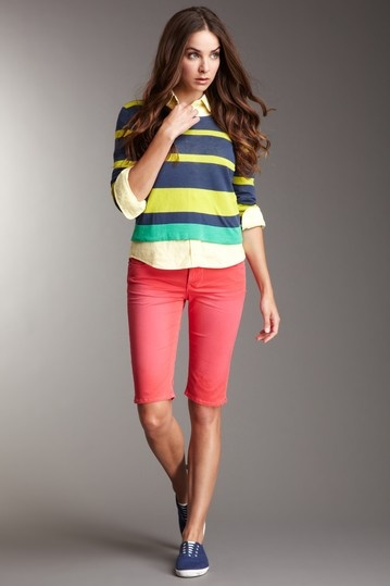 red-shorts-yellow-collared-shirt-yellow-sweater-stripe-blue-shoe-sneakers-bermuda-howtowear-fashion-style-outfit-spring-summer-brun-weekend.jpg