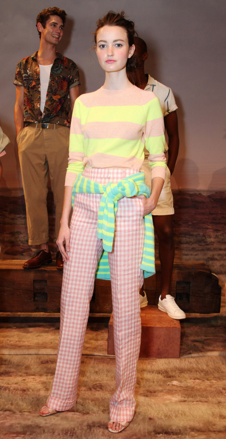 r-pink-light-wideleg-pants-yellow-sweater-stripe-bun-howtowear-style-fashion-spring-summer-mixprints-jcrew-16-gingham-hairr-lunch.jpg