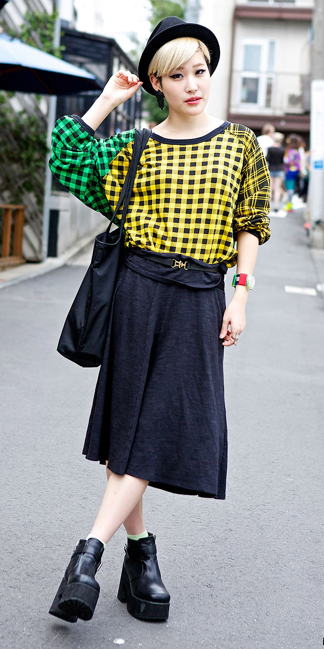 black-midi-skirt-yellow-sweater-print-hat-black-bag-wear-outfit-fall-winter-black-shoe-booties-japan-fashion-blonde-lunch.jpg