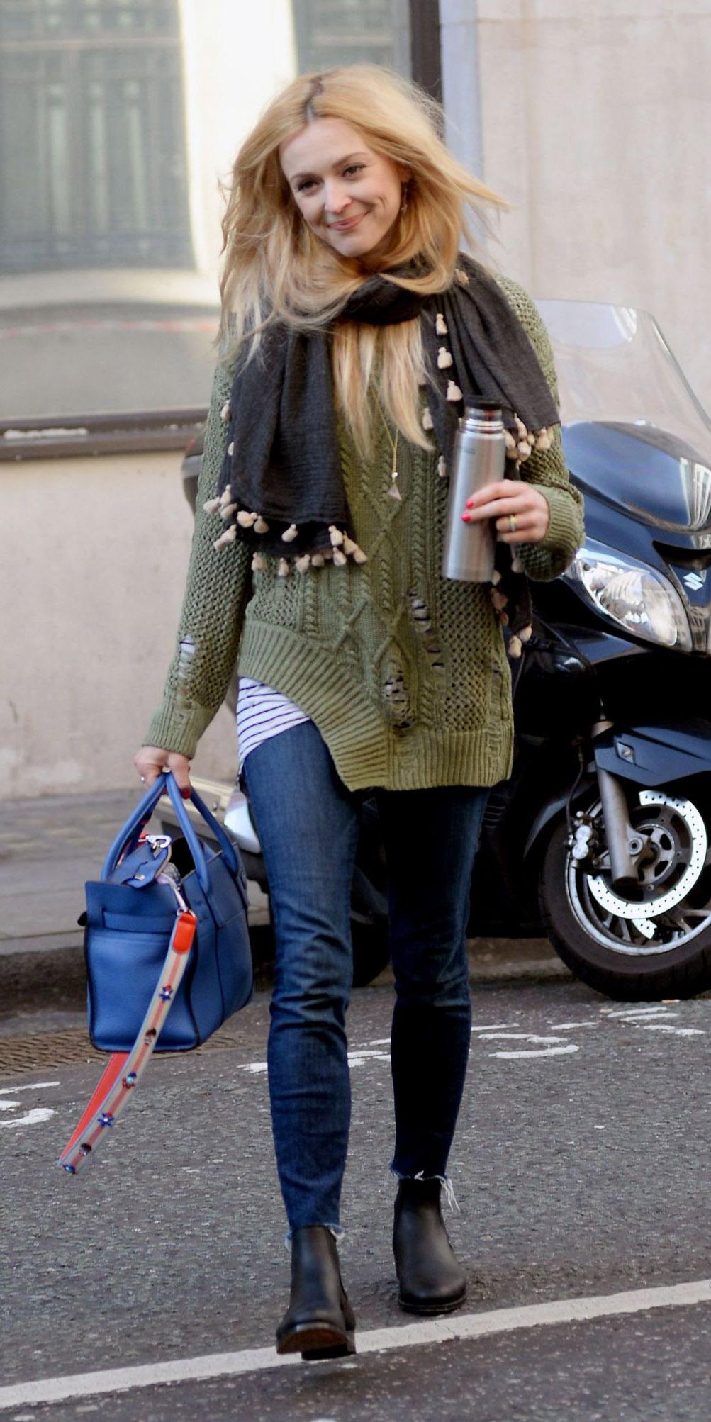 blue-navy-skinny-jeans-green-olive-sweater-grayd-scarf-blue-bag-black-shoe-booties-fearnecotton-blonde-fall-winter-weekend.jpg