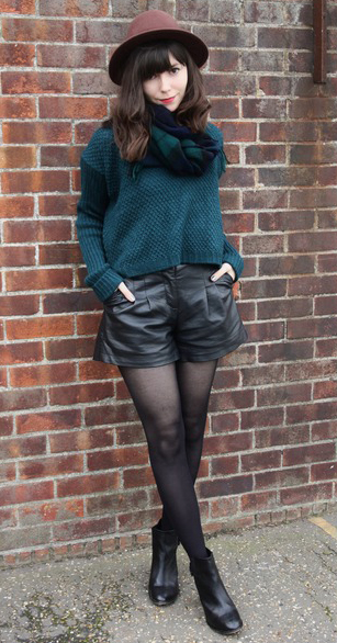 black-shorts-green-dark-sweater-howtowear-fashion-style-outfit-fall-winter-black-tights-black-shoe-booties-hat-green-dark-scarf-plaid-brun-lunch.jpg