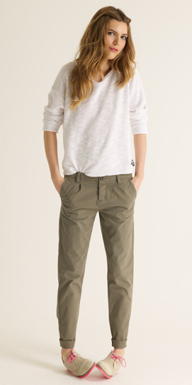green-olive-chino-pants-white-sweater-tan-shoe-brogues-spring-summer-blonde-weekend.jpg